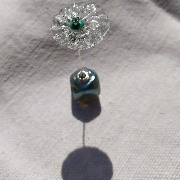 fleur-de-verre sur socle cubique en verre